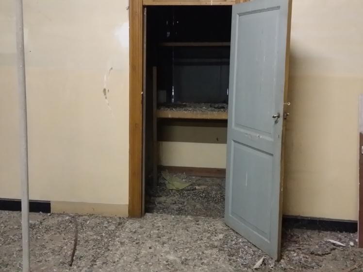 nettoyage de fientes anti pigeons d 39 un grenier d 39 une cole awihp celles d sinfection. Black Bedroom Furniture Sets. Home Design Ideas